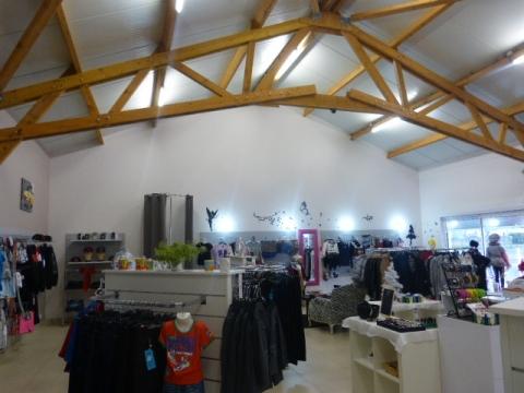 Location Commerces MOULT - Photo 1