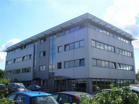 Locaux mixtes à usage de bureaux et activités légères à louer au pied de l'A4