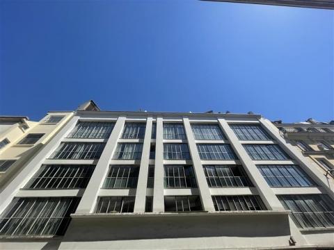 BUREAUX ATYPIQUE DANS UN ANCIEN GARAGE - A LOUER - Paris 09<br />Location de bureaux - 210 m²