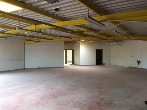 Plateau brut  de 250 m² à aménager au coeur d'une zone commerciale - A louer