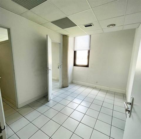 A LOUER - BUREAUX EN R+2 - 72 m² - QUARTIER ADMINISTRATIF