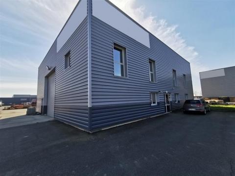 Bâtiment d'activités indépendant de 446 m² édifié sur un terrain clos de 4085 m² en visibilité commerciale